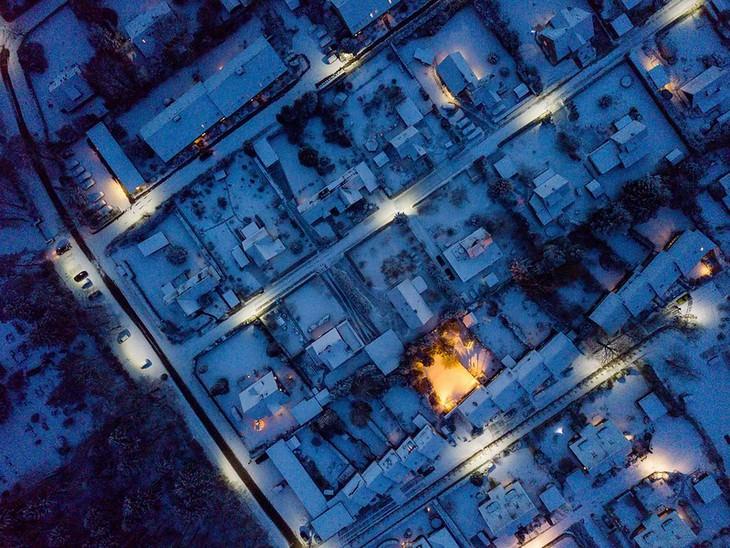 Vista aérea de un barrio de Noruega de noche