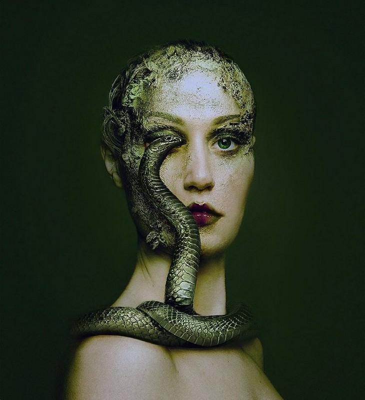 Fotos De Flora Borsi mujer con serpiente