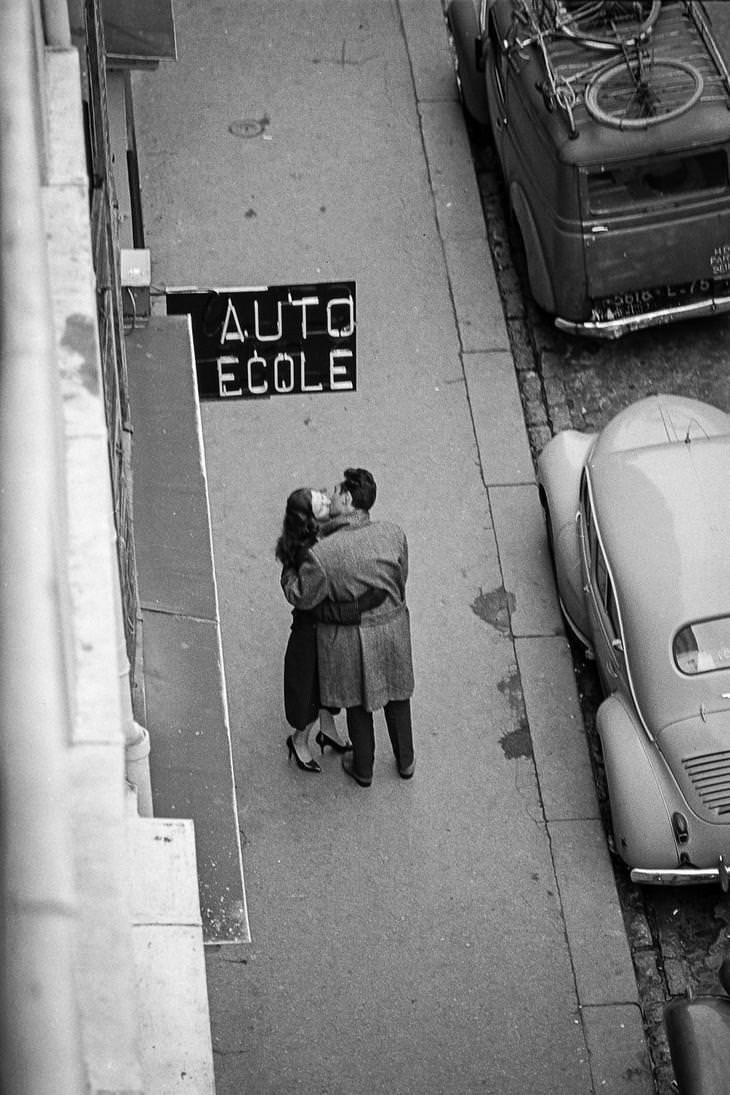 23 Fotografías Callejeras Del Siglo XX Que Te Dejarán Asombrado pareja besándose