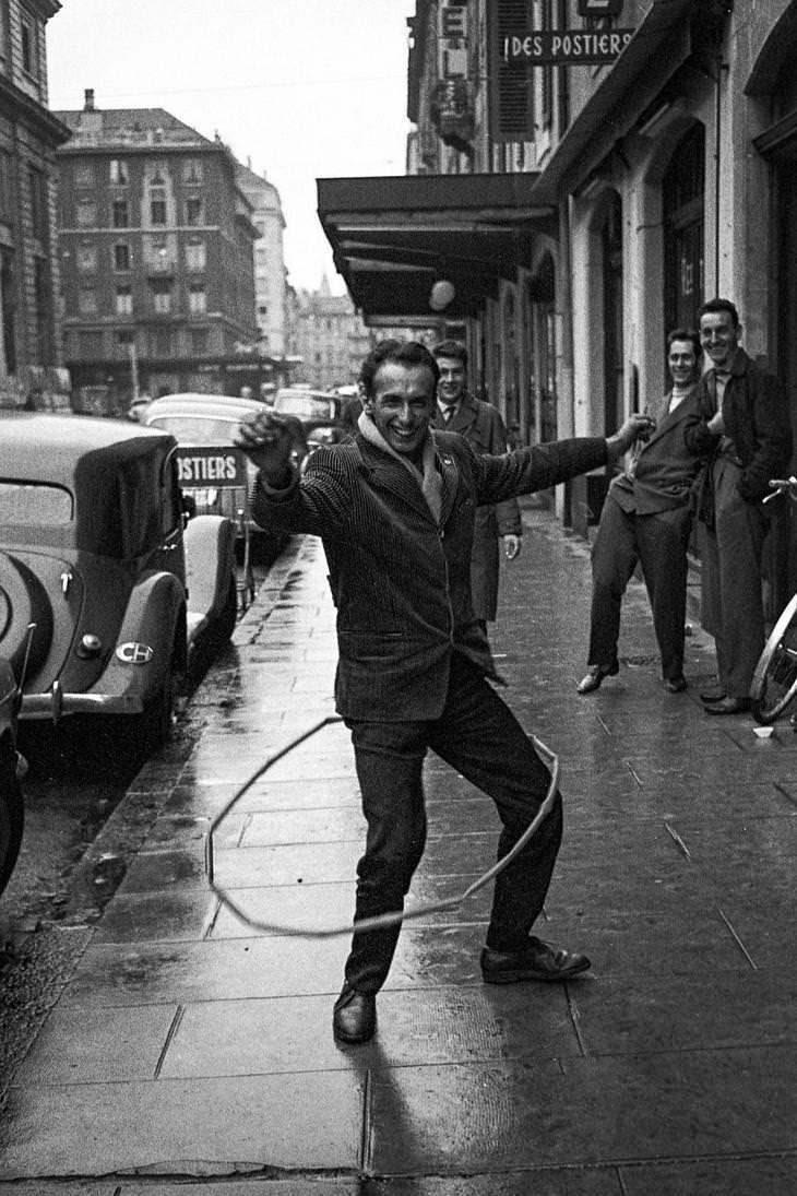 23 Fotografías Callejeras Del Siglo XX Que Te Dejarán Asombrado hombre con hula