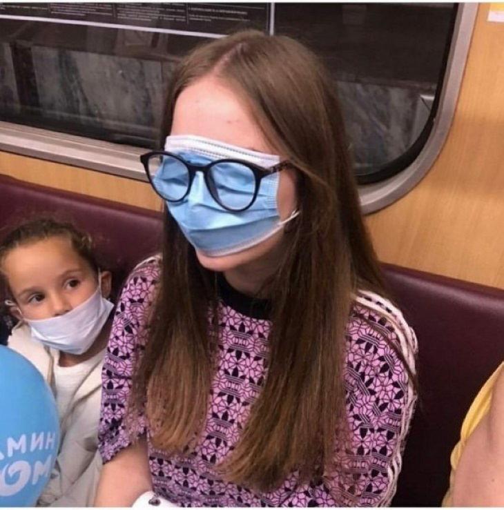 El Covid-19 Ha Vuelto a Los Pasajeros Del Metro Más Raros escultura mujer con los lentes sobre el cubrebocas