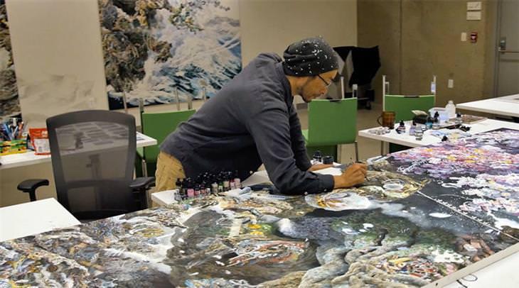 Las Enormes y Hermosas Pinturas De Manabu Ikeda el artista pintando