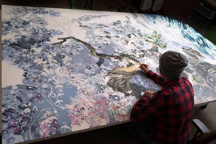 Las Enormes y Hermosas Pinturas De Manabu Ikeda el artista pintando un árbol