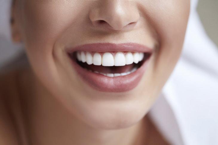 1. El agua con limón puede dañar tus dientes
