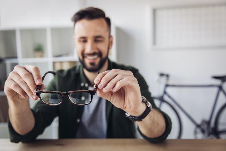 2. Ajusta las gafas usos secador de pelo