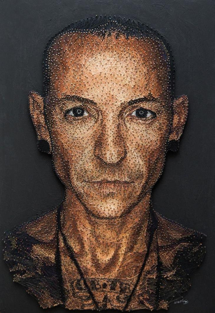 1. Un retrato hecho con hilos y uñas de colores.