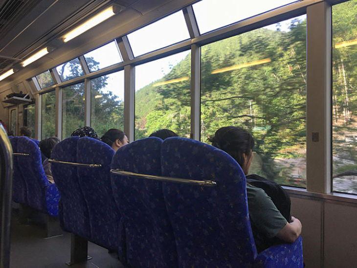 2. Los asientos del tren en Japón miran hacia las ventanas para que los viajeros disfruten de la vista