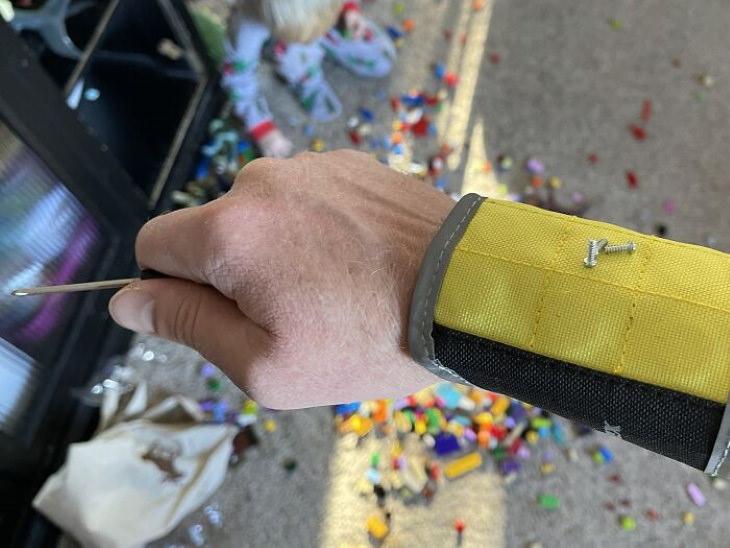 1. ¡Esta pulsera magnética es de gran ayuda cuando estás reparando cosas!