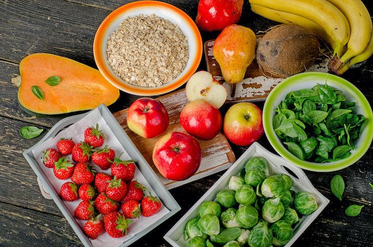 Hábitos Nutricionales Para Dormir Opta por alimentos integrales ricos en fibra y evita los alimentos procesados