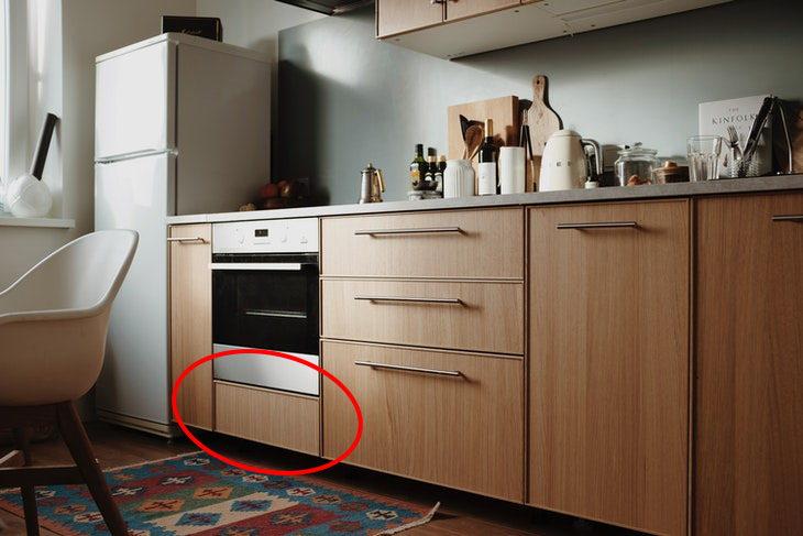 1. No, el pequeño cajón que se encuentra justo debajo del horno no es para guardar sartenes, sino para mantener calientes los alimentos recién cocinados.