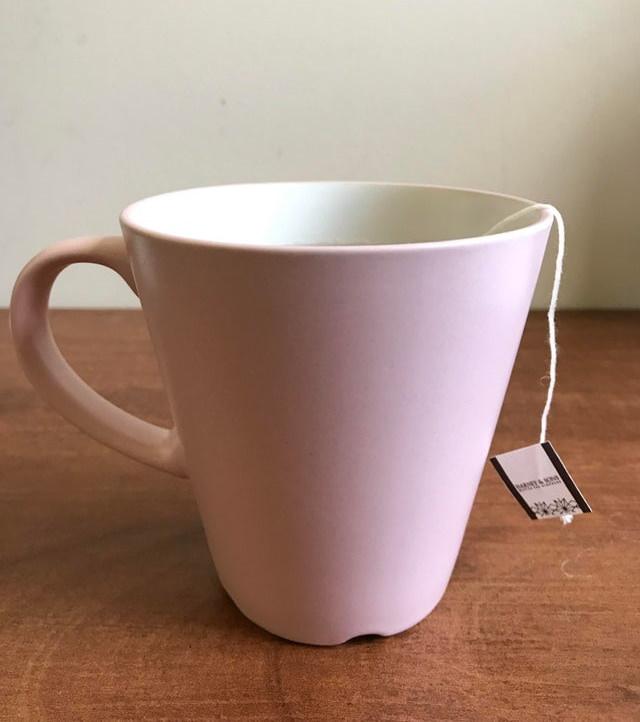 2. Las tazas de IKEA a menudo tienen una cresta en la parte inferior y no es un error: estas crestas aseguran que el agua no se acumule en la parte inferior de la taza cuando la estás limpiando en el lavavajillas.