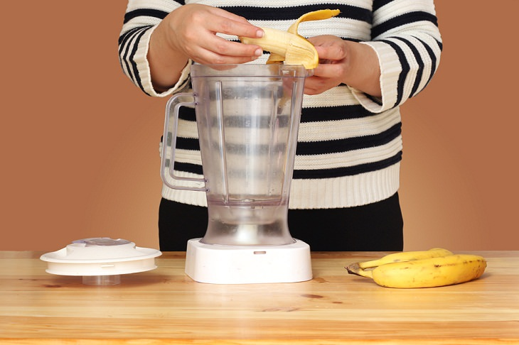 2. Agrégalas a un batido usos cáscaras plátanos