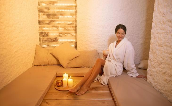Beneficios De La Haloterapia Mujer en un spa