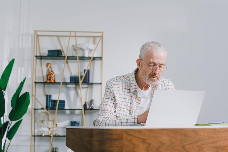 Atrofia Muscular Hombre sentado en su escritorio