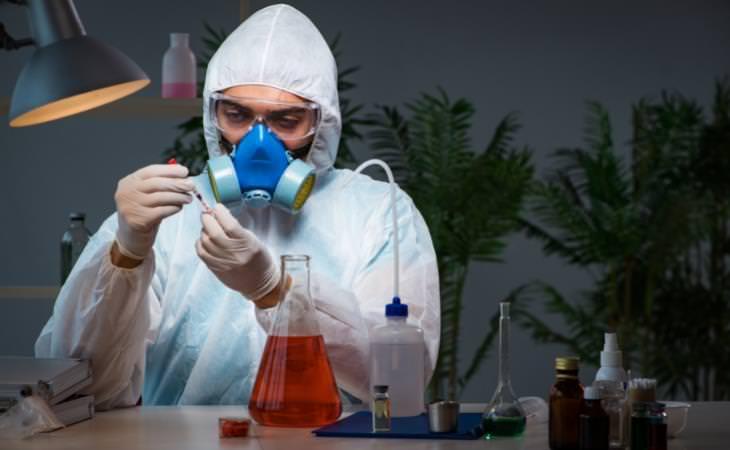 Peligros De Inhalar Peróxido De Hidrógeno Hombre revisando sustancias químicas