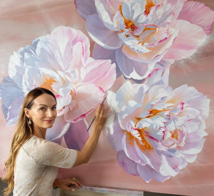 Pinturas Florales De Ira Volkova la artista pintando flores