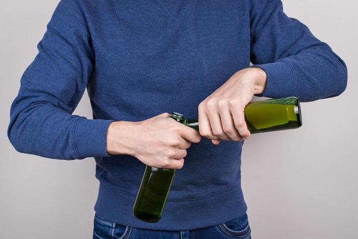 3. Abre una botella con otra botella.