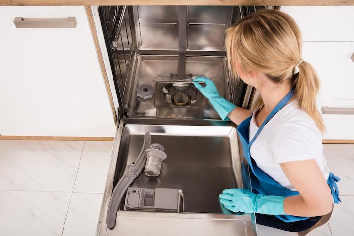 Eliminar Las Manchas De Agua Dura Mantén tus platos libres de manchas limpiando regularmente el lavavajillas