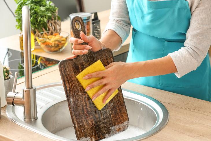 1. Limpiar las tablas de cortar con jabón