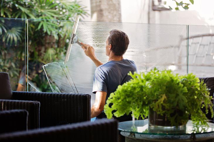 2. Lavar las ventanas cuando hace sol