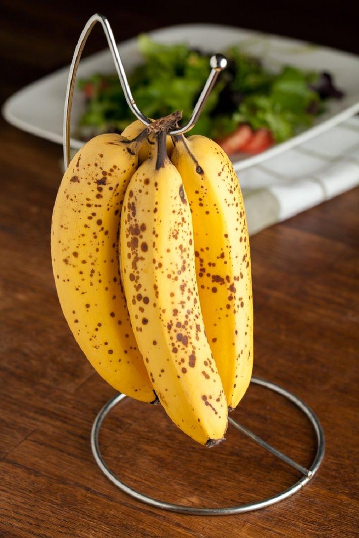 Consejos Para Evitar Que Tus Plátanos Se Maduren Rápido Cuelga los plátanos de un gancho o una percha