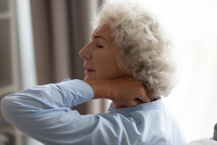¿Qué causa un cuello rígido?