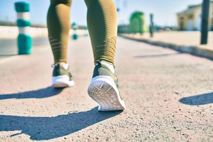 Beneficios Físicos y Mentales De Caminar En Reversa Mejora el equilibrio y la coordinación
