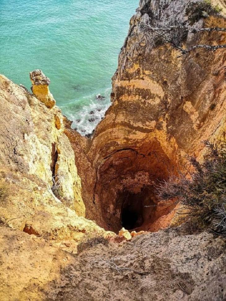 Belleza De La Naturaleza Este increíble hoyo cerca de Lagos, Portugal, tiene al menos 29,8 m de profundidad y está completamente desprotegido.