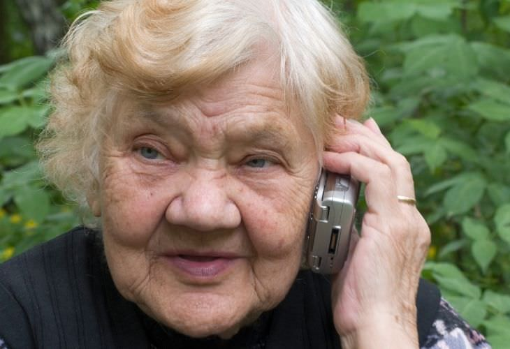 Chiste: Una Anciana Llamando Al Hospital