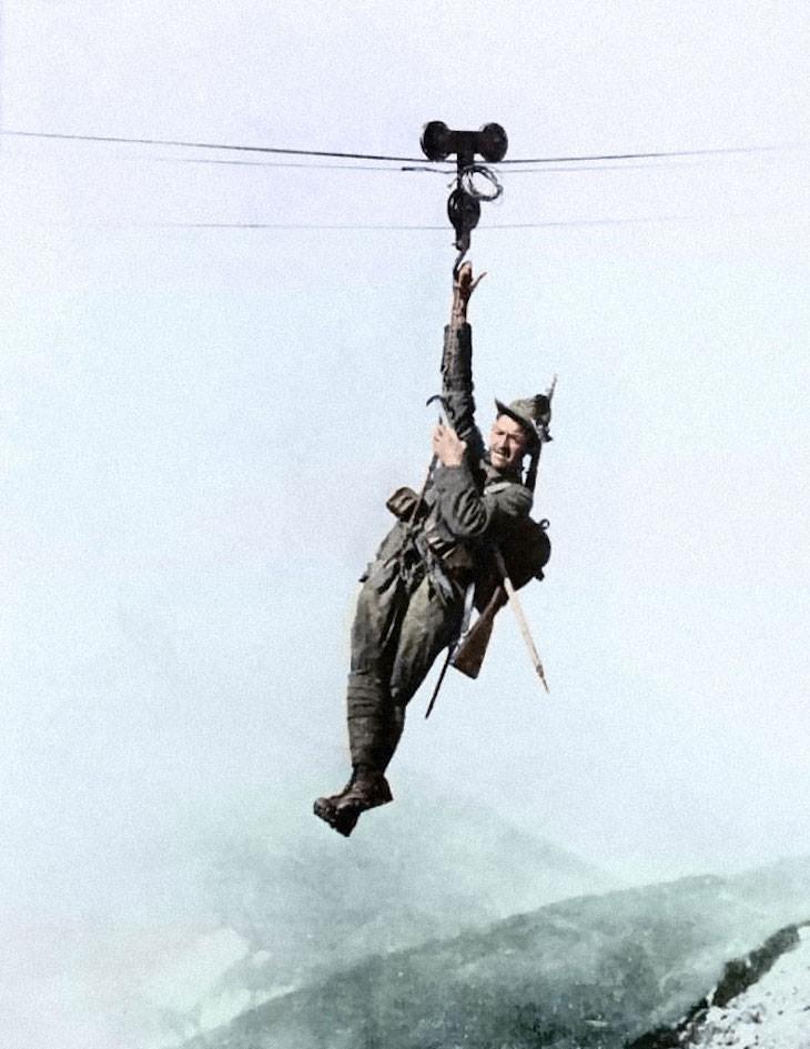 Fotos Extrañas a Color Un especialista en montañas alpinas italianas tira de un pico a otro en tirolinas, c. 1917