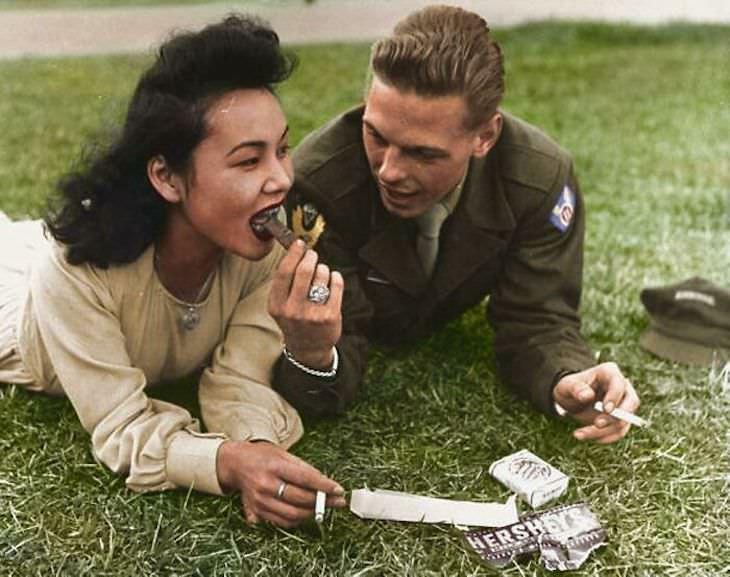 Fotos Extrañas a Color Soldado estadounidense de la 11ª División Aerotransportada comparte un poco de chocolate con una chica local, 1946, Japón