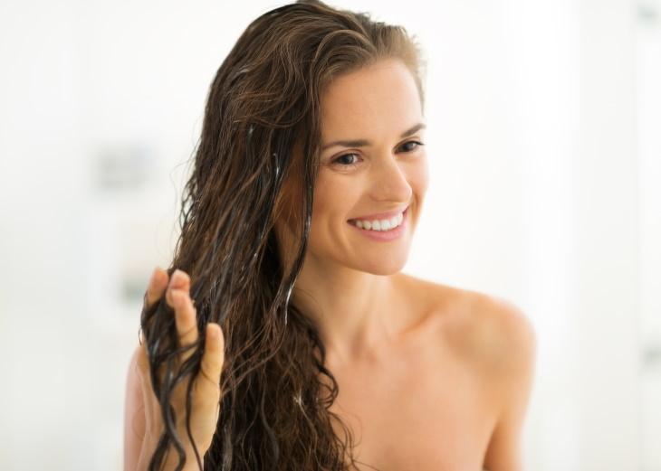 1. Fortalece el cabello y mantiene la salud del cuero cabelludo. agua de arroz