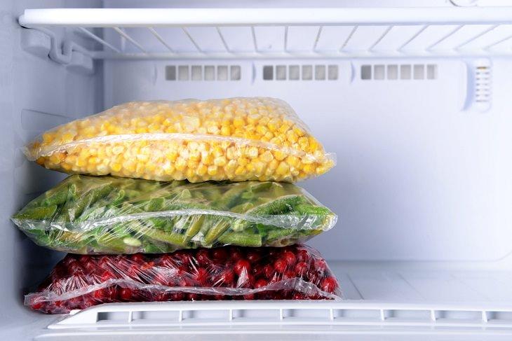 Útiles Consejos Para Organizar Tu Congelador Congela los elementos planos