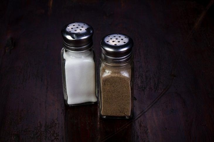 1. Salero y pimentero debes limpiar más en cocina