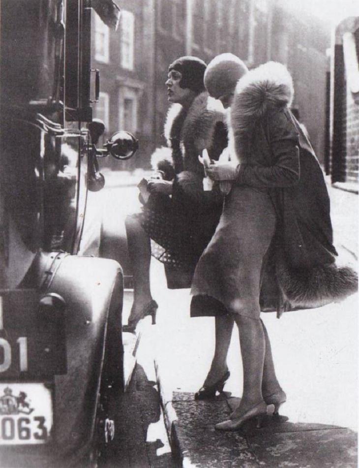 1. Dos mujeres que pagan el pasaje en taxi, Londres, finales de la década de 1920.