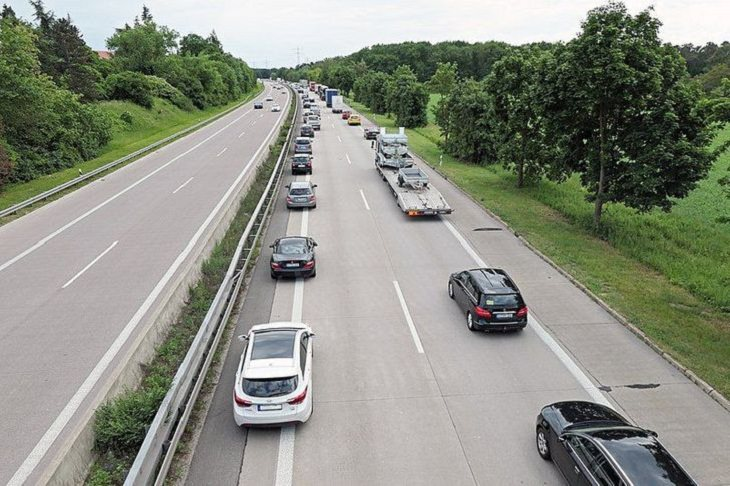 La vida en Alemania Cuando hay un atasco en la carretera en Alemania, los automóviles suelen permanecer más cerca de los lados para crear un corredor de emergencia.