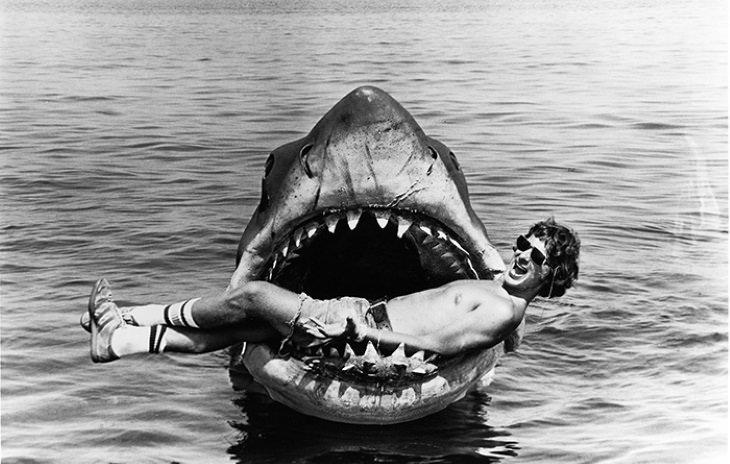 Fotos Detrás De Escenas De Películas Famosas Steven Spielberg tendido en las fauces de un tiburón animatrónico en el set de Tiburón (1975).