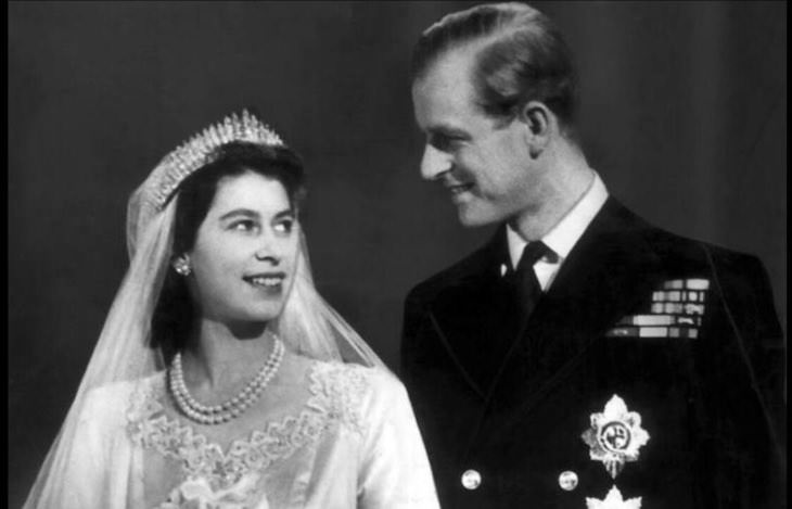 12 Fotos Para Recordar y Honrar La Memoria Del Príncipe Felipe El príncipe Felipe y la princesa Isabel el día de su boda, 1947
