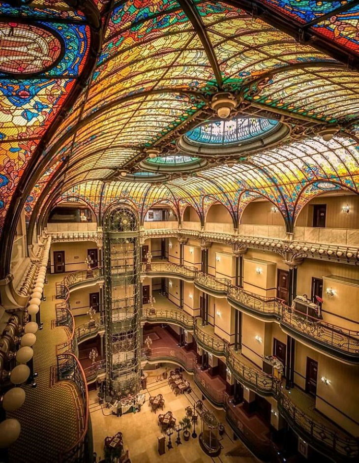 25 Asombrosos Edificios El Gran Hotel Ciudad De México, en la Ciudad de México, es una obra maestra del artede 1899. Fue construido por el arquitecto francés Jacques Grüber