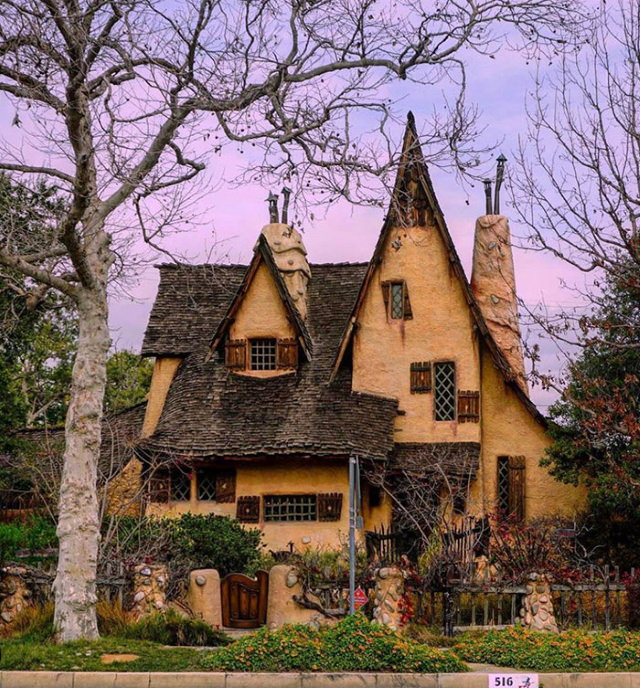 Lugares Espectaculares La Casa Spadena, también conocida como La Casa de la Bruja, es una casa de libros de cuentos en Beverly Hills, California