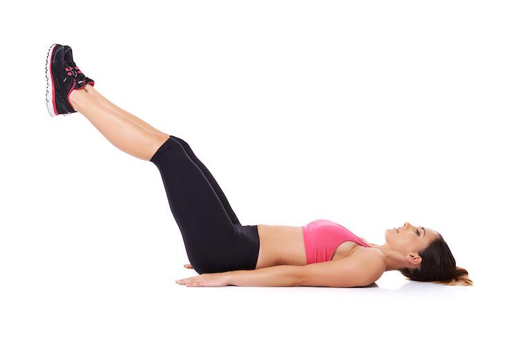 8 Ejercicios Que Tienes Que Eliminar De Tu Rutina Diaria Levantar las piernas estiradas del suelo