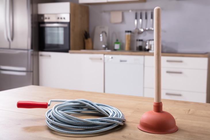 Artículos para el hogar que podrías estar usando incorrectamente Desatascador