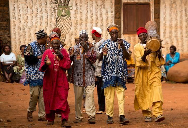 Fotos De Camerún De Ziya Atkurer Hombres tocando instrumentos tradicionales