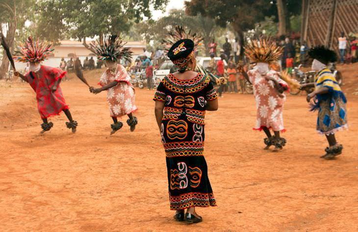 Fotos De Camerún De Ziya Atkurer Mujer con vestido negro tradicional