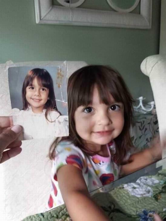 22 Fotos De Hijos Que Parecen Clones De Sus Padres Niña comparada con foto de su mamá en la infancia