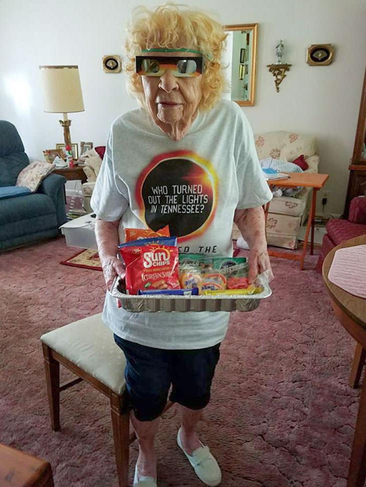 2. Esta señora de 101 años está 100% lista para el eclipse.