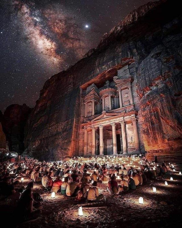 20 Asomborosas Fotografías Una vista de la Vía Láctea sobre Petra, Jordania