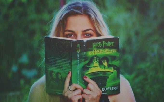 מבחן נכון לא נכון מטעה: אישה מחזיקה ספר של הארי פוטר