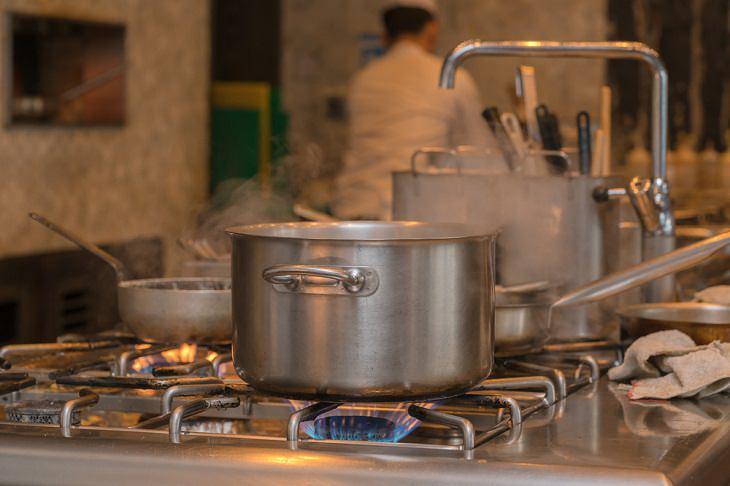 Errores Que Pueden Dañar Tu Estufa Alejarte de la cocina mientras cocinas algo en la estufa