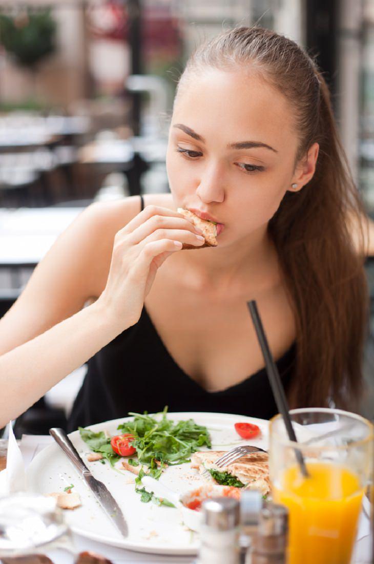 4. Vigila el contenido de sal cuando comes fuera